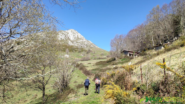 Camino y cabañas en el Prau Antonio