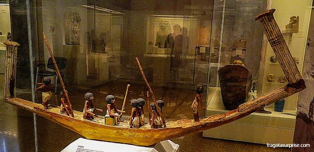 Barca egípcia na Coleção de Arte Egípcia e Oriental do Museu Nacional de Arqueologia de Atenas, Grécia