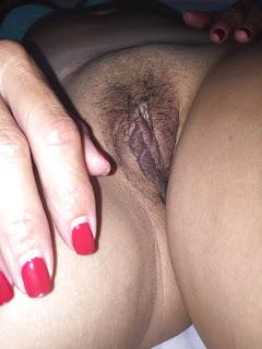 Esposa amateur desnuda enseña panocha peluda apretada