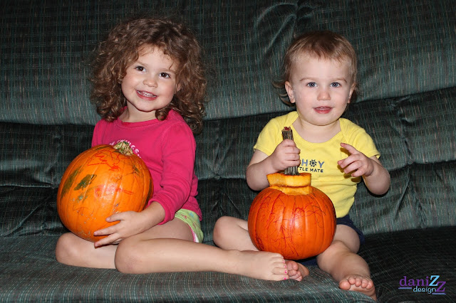 Toddler Pumpkin Decorating, Pumpkin Decorating, toddler pumpkin ideas, Sharpie Pumpkins, Halloween, Pumpkin Carving for kids, pumpkin carving for toddlers, pumpkin carving alternative, painting pumpkins
