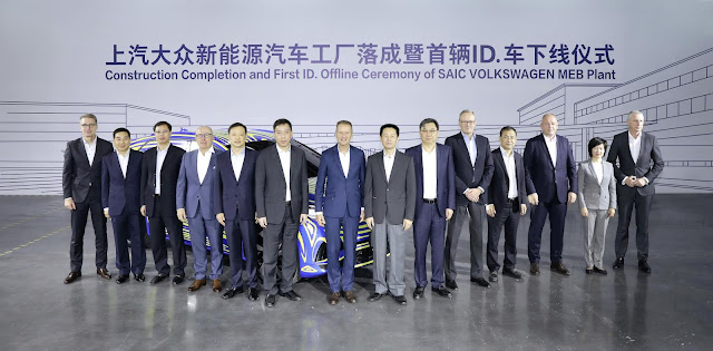 Image Attribute: Celebrating the start of pre-production, the first electric-only Volkswagen ID. model for China rolled off the production line, witnessed by Dr. Herbert Diess, CEO of Volkswagen AG (Middle), Dr. Stephan Wöllenstein, CEO of Volkswagen Group China (R3), Wu Qing, Vice Mayor of Shanghai (R1) and Chen Hong, Chairman of SAIC Motor Corporation Limited (R2). / Photo ID: DB2019AL02525 / Source: Volkswagen AG