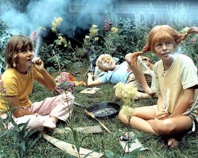 Crianças hippies fumam maconha numa comuna anarquista dos anos 60-70 na Califórnia.  O sonho do homem vivendo livre como um animal inspirava o caminho para a tribo