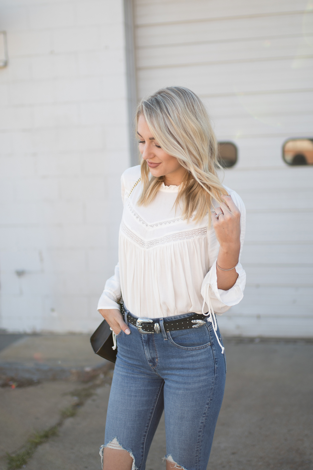 Fall outfit // white top with high-waisted jeans and a studded belt