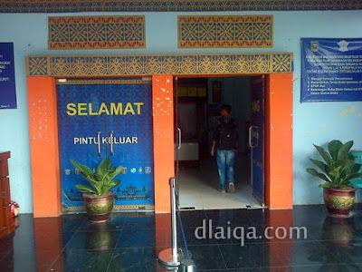 pintu masuk gedung utama samsat induk