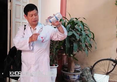 Tiến sỹ Đào Đức Thà chuẩn bị thuốc để điều trị cho vật nuôi bị bệnh - một công việc ông làm khi về hưu. Ảnh: Thùy Thủy
