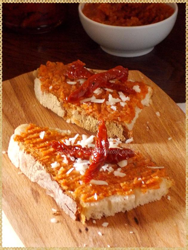 Bruschetta con pesto ai pomodori secchi, mandorle e zafferano
