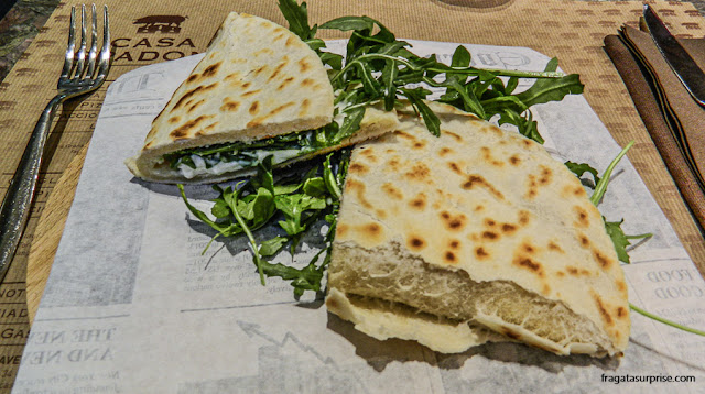 Pratos típicos de Ravena, na Romanha: piadina de queijo squaquerone