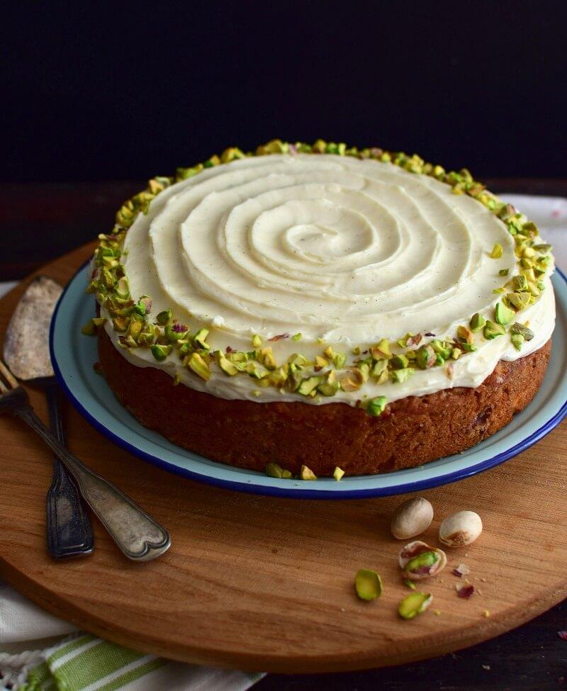 Torta de zanahoria y pistachos, se aromatiza con garam masala, mezcla de especias de la cocina hindú. Se decora con un glaseado sencillo de queso crema