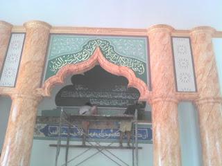 Kaligrafi Lukis Dinding Adalah Kaligrafi Yang Langsung Ditulis Atau Dilukis Pada Dinding, Biasanya Pada Masjid Atau Musholla