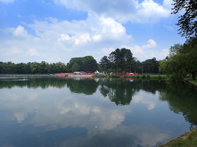 Jedno z jezior w mieście