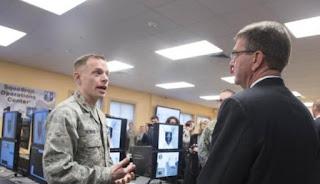 Menhan Ash Carter saat kunjungan ke Unit Siber AS