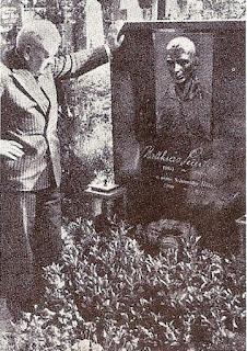 Vittorio Pozzo rende omaggio alla tomba di Sindelar.