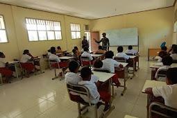 Satgas Pamrahwan Yonif 756/WMS Mengajar Wawasan Kebangsaan dan PBB di SD YPPK Pusinara Amungun Timika