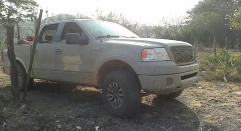 En camioneta clonada de la Marina abandonaron a los 8 ejecutados de Aquila, Michoacán