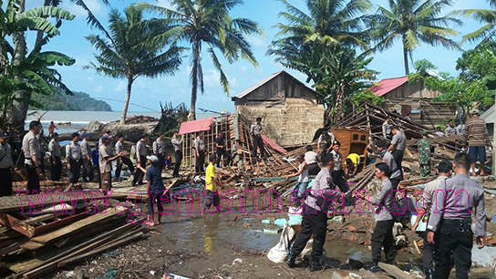 Banjir Tanggamus Surut, Warga Bersama Polisi Bersihkan Puing-Puing