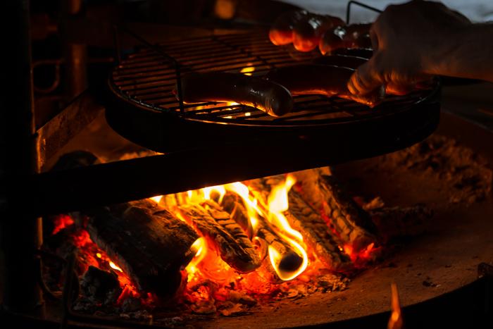 Makkaran grillaus grillikota Lappi Lohi-Aslakin lomakylä