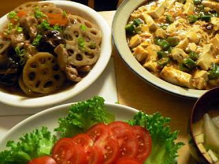 夕食の献立 蓮と鶏肉の炒め煮 オクラマーボ豆腐 冷やしトマト 大大根の味噌汁