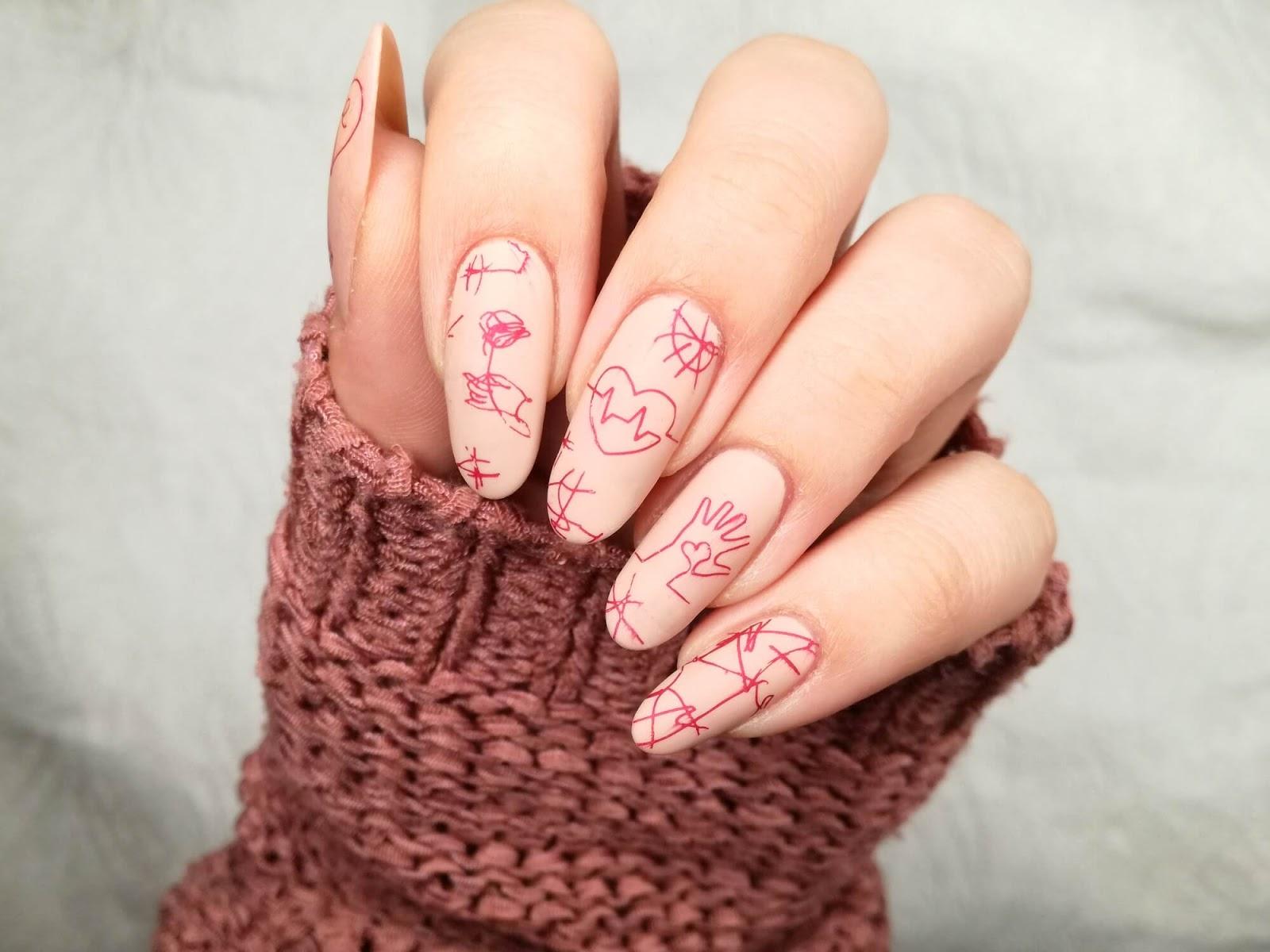 Cieliste paznokcie - stonowane zdobienie z różem