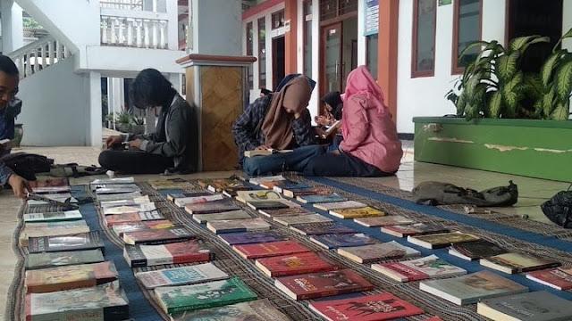 Lapak Baca Buku Vespa Literasi di Institut Agama Islam Zainul Hasan Genggong