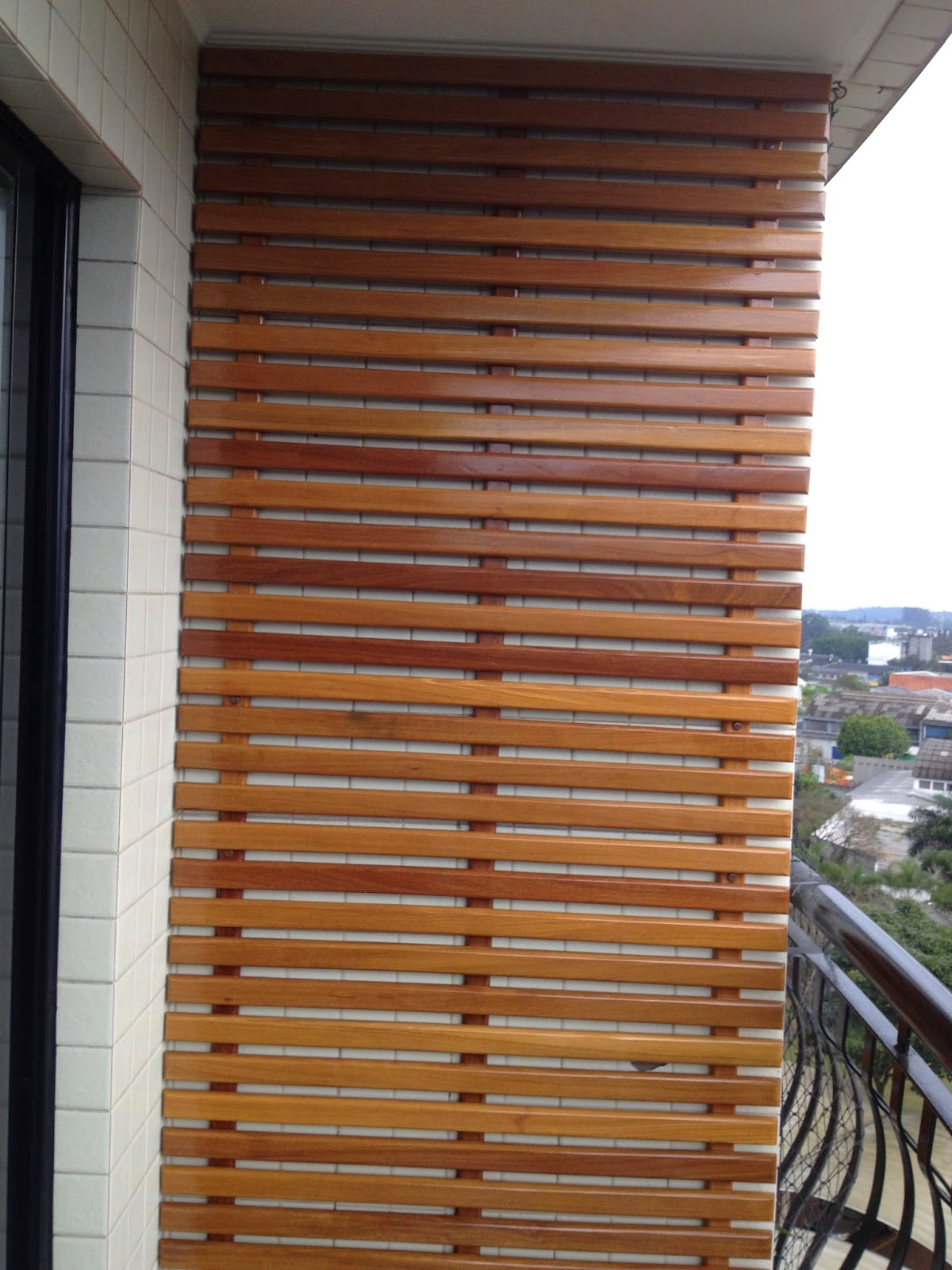 jardim vertical para varanda de apartamento:Atelier do Zero: Jardim Vertical de cumaru para o apartamento da Laura