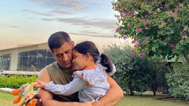 MS Dhoni ने बेटी Ziva Singh Dhoni को लगाया गले