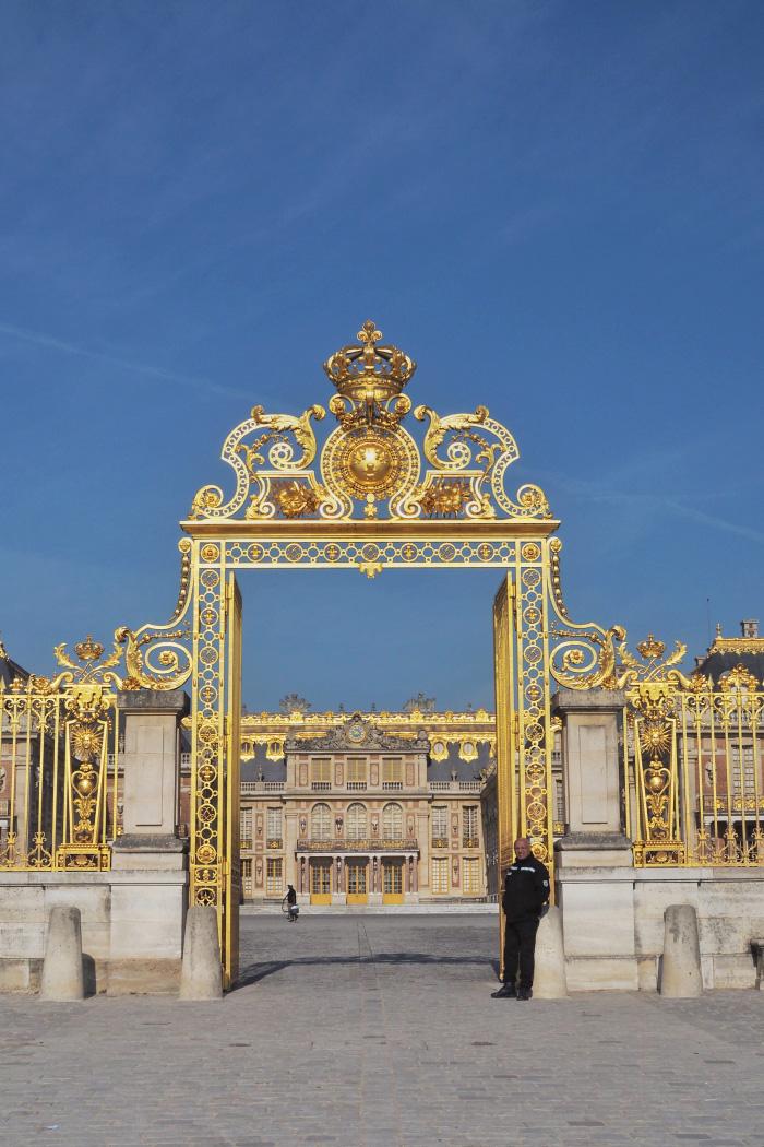 Les grilles d'or du portail du château de Versailles