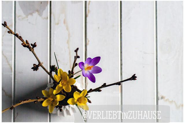 Krokusse in kleiner Vase mit Kirschzweigen -Verliebt in Zuhause