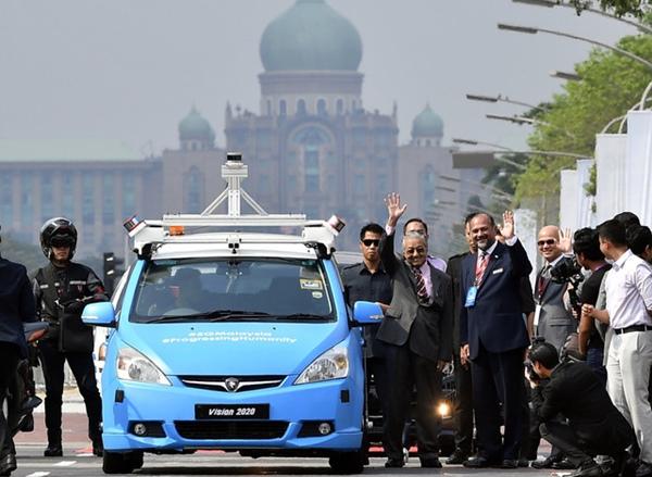 Tun Mahathir naiki kereta bersambung 5G untuk ke pelancaran pameran