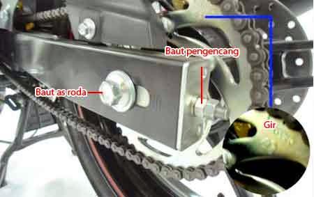 cara mengencangkan rantai motor