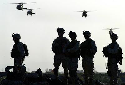Soldados estadounidenses en las inmediaciones de la base de Bagram, en el norte de Kabul (diciembre de 2003) Reuters