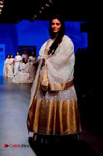 Actress Tabu Walk on Ramp for Gaurang Shah at Lakme Fashion Week  0021.jpg