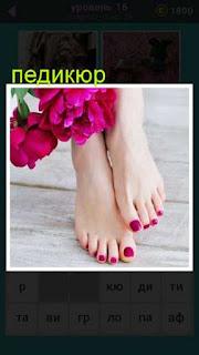 показаны две ноги женщины на пальцах которых сделан красный педикюр