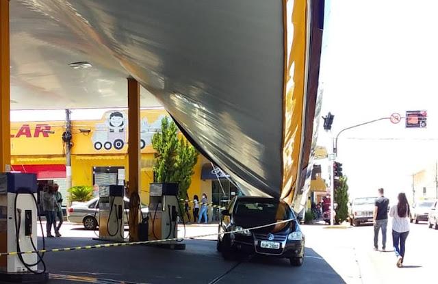 Parte de cobertura de posto de combustíveis desaba no Centro de Junqueirópolis