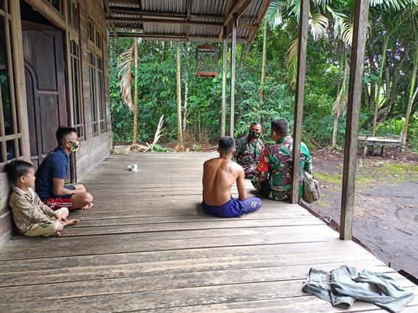 Tim Peliput TMMD Ke-111 Kodim 1207/Ptk Silahturahmi Kerumah Warga dan Pamit Pulang