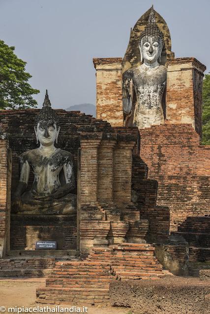 Wat Mahathat, Sukhothai - Mandapa with sitting Buddha