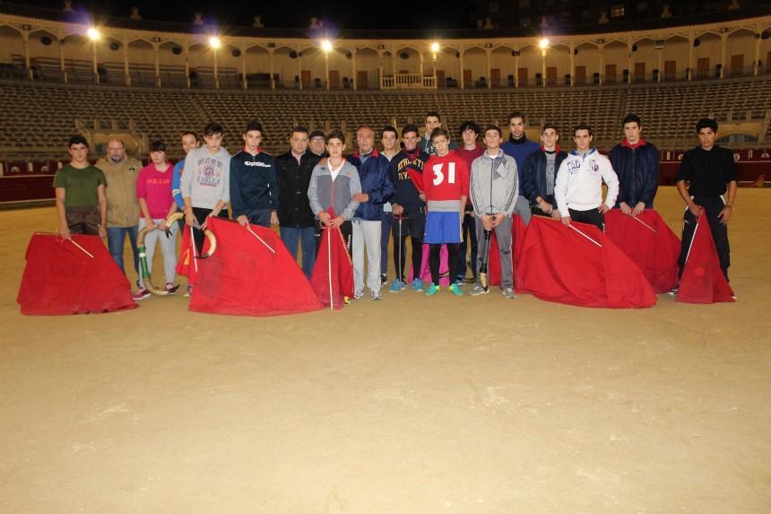 MANUEL SERRANO JUNTO A LOS ALUMNOS DE LA ESCUELA TAURINA DE ALBACETE