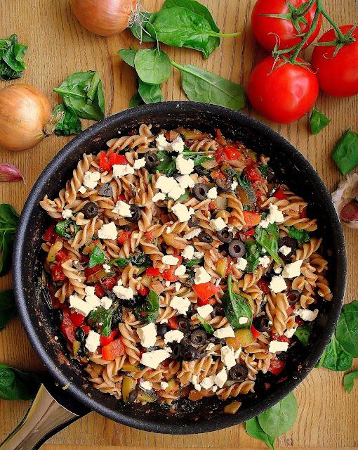 Makaron z warzywami, fetą i oliwkami / Pasta with Feta, Vegetables and Olives