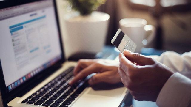 صورة خصص جهاز كمبيوتر للخدمات المصرفية والتسوق عبر الإنترنت