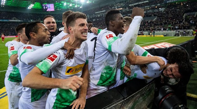 Bayern beaten by leaders Gladbach
