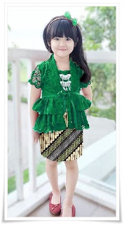1. Baju kebaya brokat modern warna hijau padu padan dengan rok batik