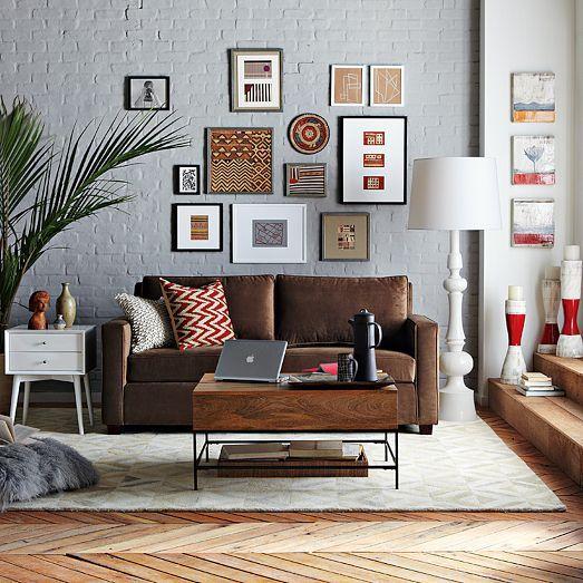 Combinar el color marrón con el gris, blanco y complementos rojos