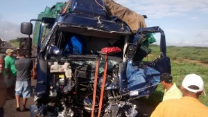 Acidente entre caminhões na BR-020 deixa feridos em trecho próximo a Canindé