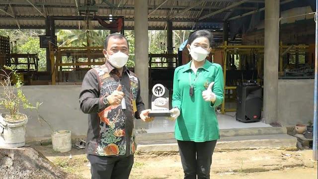 Gelar Vaksinasi di Pulau Ngenang, Ketua Persit KCK Koorcab Rem 033/WP Juga Mengunjungi Pengrajin Tenun
