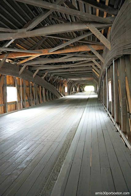 Interior del Bath Covered Bridge en New Hampshire