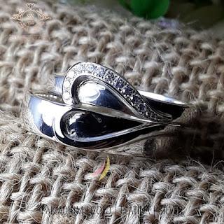 inspirasi cincin tunangan  teknologi pembuatan cincin saat ini telah berkembang pesat ,  sehingga menghasilkan model dan karya yang menakjubkan.  cincin tunangan dan selanjutnya perkawinan dipakai sekali seumur hidup ,  cincin menjadi simbol keabadian cinta pada pasangan,  cincin perkawinan bukan hanya sebatas barang    yang diperjual belikan tetapi lebih kepada sebuah karya masterpiece   indah yang bisa mewakili karakter pasangan.