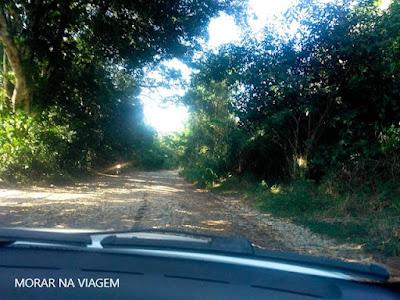 Estrada de Paraty Mirim é de chão batido com muitas pedras, o que torna o acesso difícil em dias de chuva.