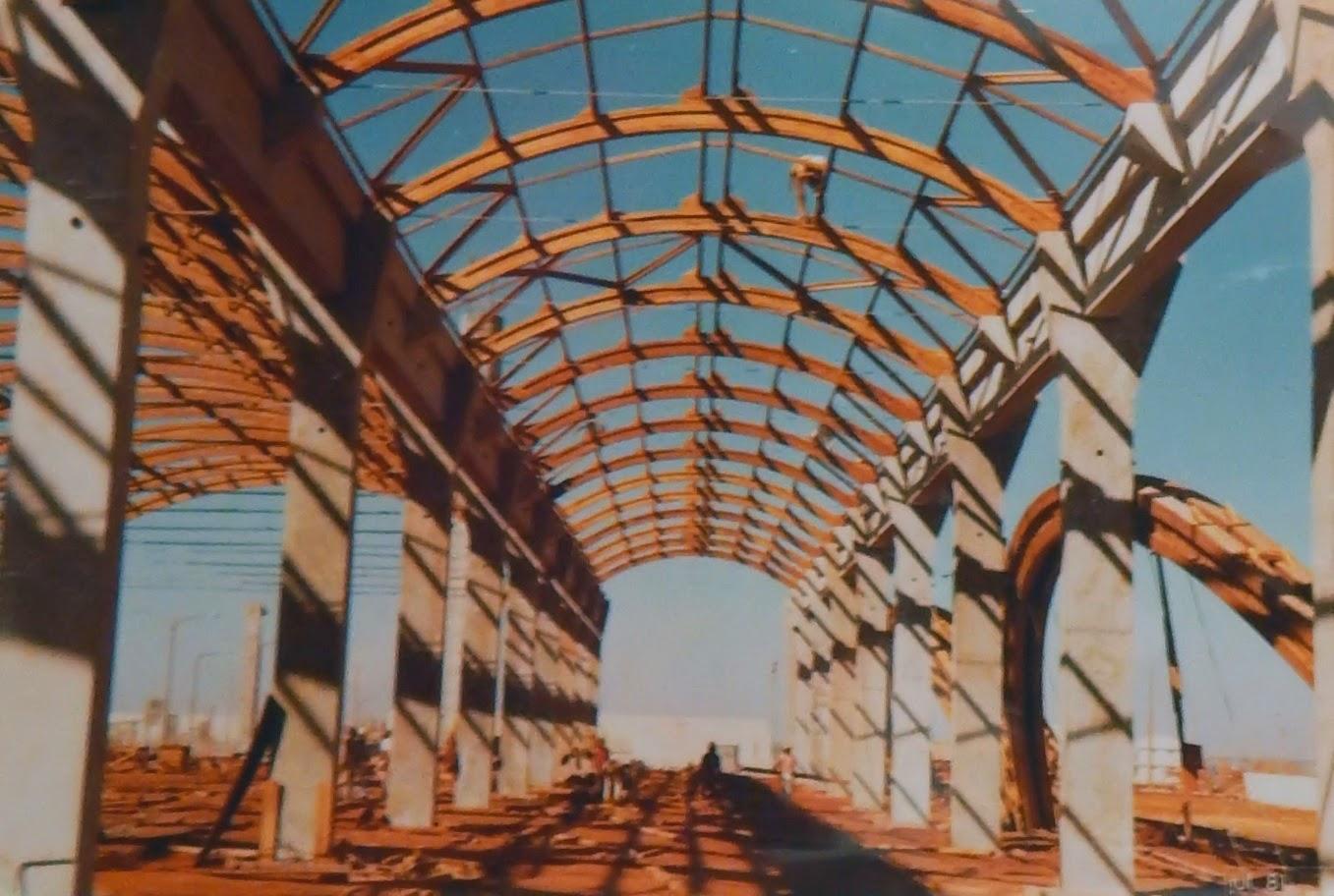 A cobertura conta com arcos constituídos de diversas vigas de madeira cortadas em raios e interligadas.