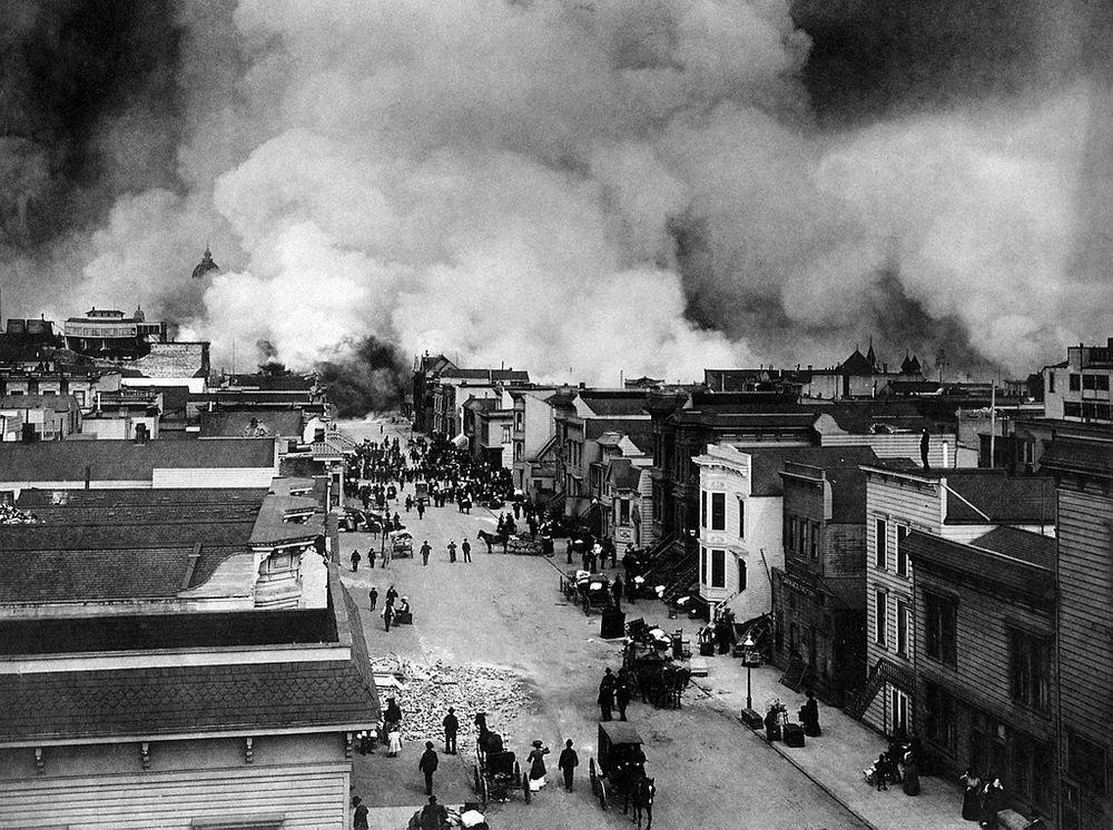Район Миссии Сан-Франциско горит после землетрясения в Сан-Франциско в 1906 году.