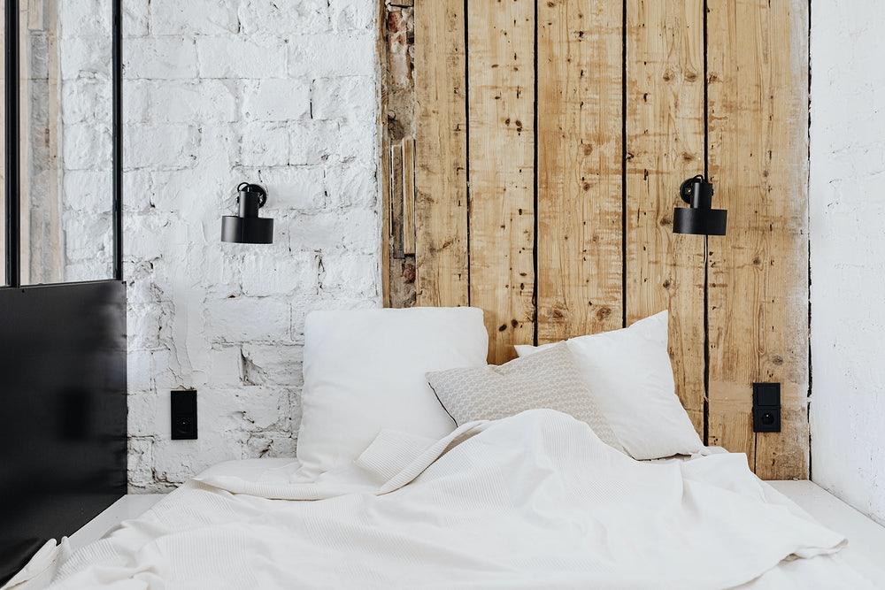 deski na ścianę w pokoju