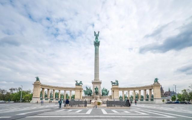 piazza-degli-eroi-poracci-in-viaggio-credit-to-bftc